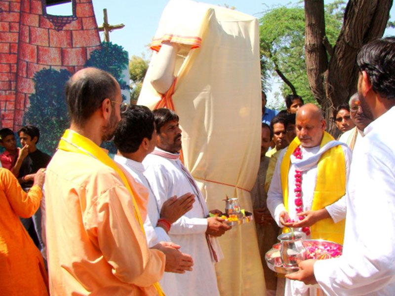 Saint Sri Ramesh Baba unveiling the Statue of Vasudev Ji carrying Krishna at Koiley Ghat