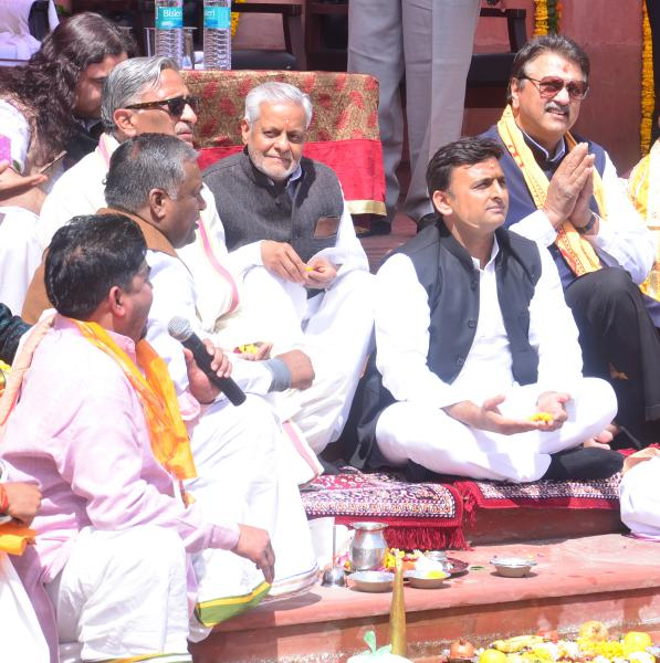 CM UP Sh. Akhilesh Yadav performing pooja at Rudra Kund